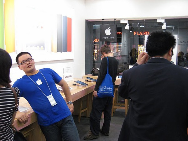 Two more fake Apple Stores
